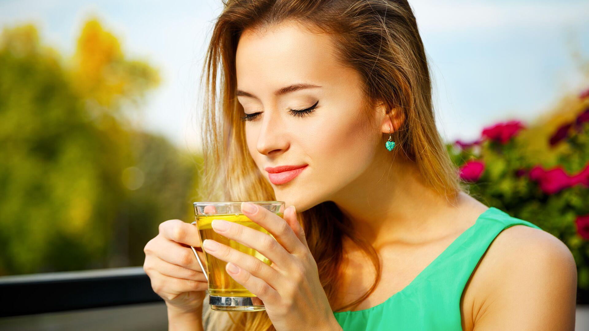 Девушка пьёт зелёный чай - РИА Новости, 1920, 23.06.2021