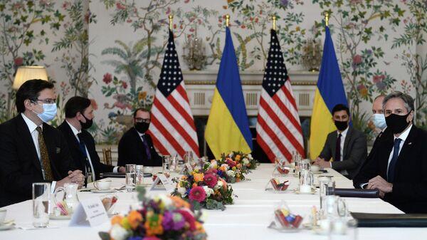 Министр иностранных дел Украины Дмитрий Кулеба во время встречи с госсекретарем США Энтони Блинкеном в Брюсселе