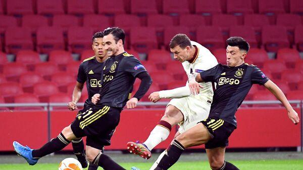 Нападающий Ромы Эдин Джеко в матче Лиги Европы против Аякса