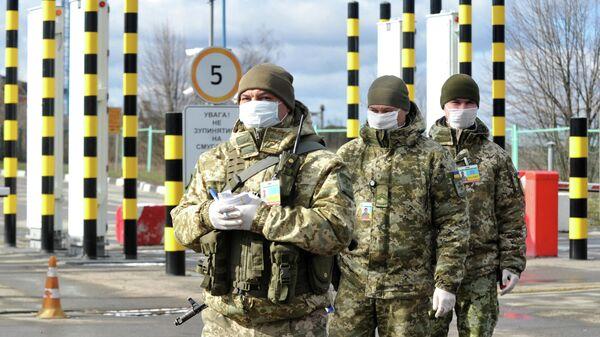 Украинские пограничники на КПП Гоптовка на границе России и Украины