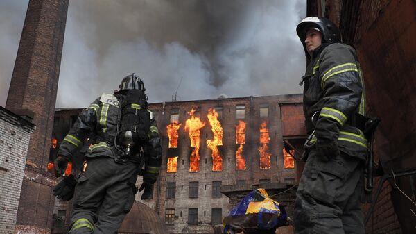 Пожар в здании фабрики Невская мануфактура на Октябрьской набережной в Санкт-Петербурге.