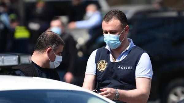 Сотрудники полиции у филиала Банка Грузии в тбилисском районе Авлабари, где вооруженный мужчина захватил в заложники посетителей