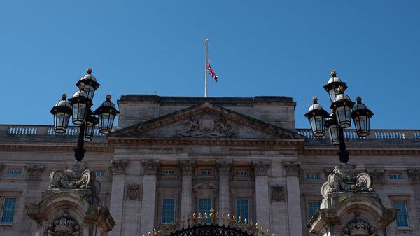 Приспущенный флаг на крыше Букингемского дворца