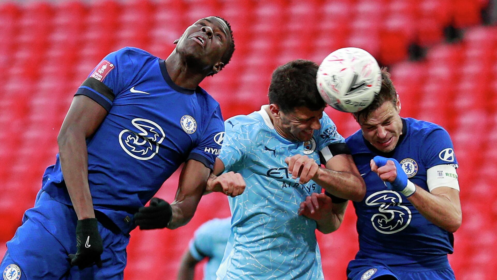 Manchester City's Spanish midfielder Rodrigo (C) vies with Chelsea's French defender Kurt Zouma (L) and Chelsea's Spanish defender Cesar Azpilicueta (R) during the English FA Cup semi-final football match between Chelsea and Manchester City at Wembley Stadium in north west London on April 17, 2021. (Photo by Ian Walton / POOL / AFP) / RESTRICTED TO EDITORIAL USE. No use with unauthorized audio, video, data, fixture lists, club/league logos or 'live' services. Online in-match use limited to 120 images. An additional 40 images may be used in extra time. No video emulation. Social media in-match use limited to 120 images. An additional 40 images may be used in extra time. No use in betting publications, games or single club/league/player publications. /  - РИА Новости, 1920, 17.04.2021