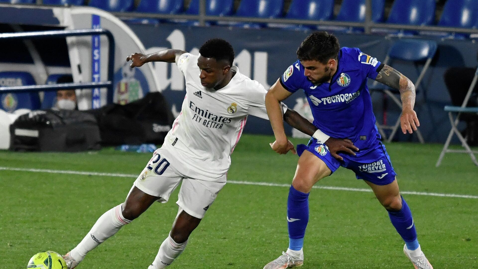 Real Madrid's Brazilian forward Vinicius Junior (L) vies with Getafe's Uruguayan midfielder Mauro Arambarri during the Spanish League football match between Getafe CF and Real Madrid CF at the Col. Alfonso Perez stadium in Getafe on April 18, 2021. (Photo by PIERRE-PHILIPPE MARCOU / AFP) - РИА Новости, 1920, 19.04.2021