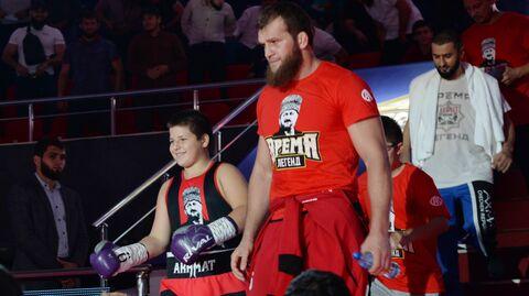 Адам Кадыров (слева)