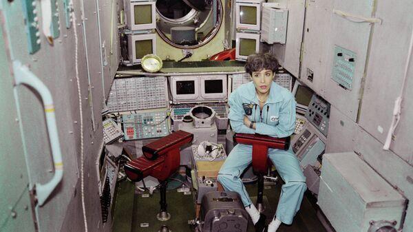 Kосмонавт Национального центра космических исследований и Европейского космического агентства Клоди Эньере