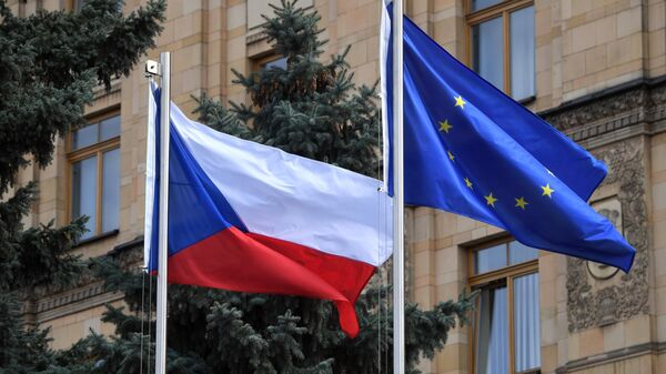 Флаги Чешской Республики и Евросоюза на территории посольства Чехии в Москве