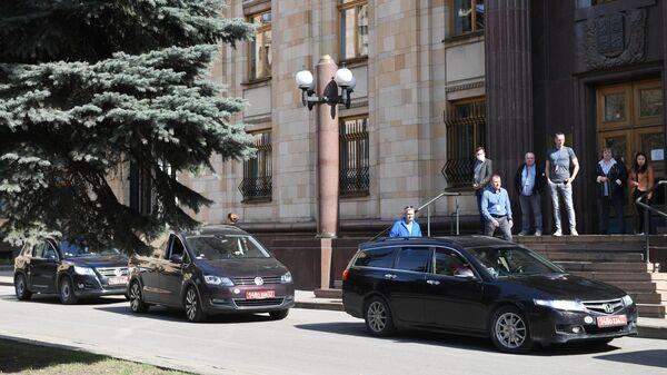 Автомобили с дипломатическими номерами на территории посольства Чешской республики в Москве