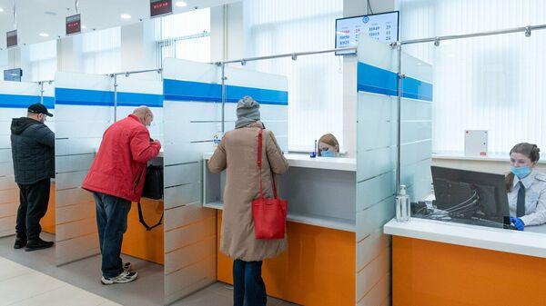 Посетители в новом здании Федеральной налоговой службы в Москве
