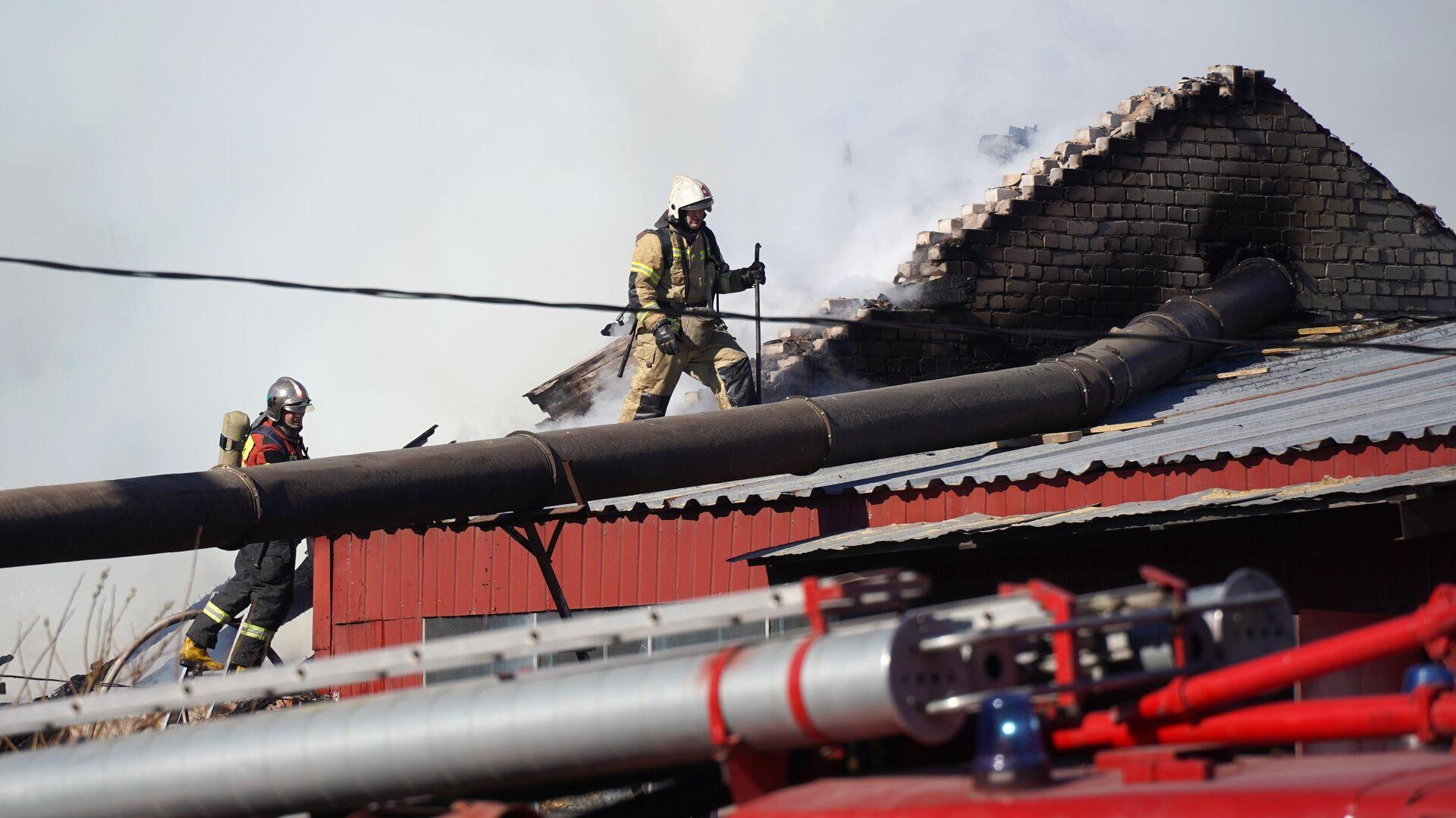 В Барнауле загорелось здание на ярмарке