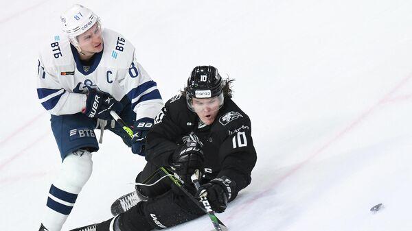 Хоккеисты Динамо (Москва) и Ак Барса Вадим Шипачев (слева) и Дмитрий Воронков