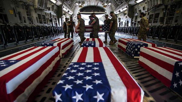 Гробы погибших американских военнослужащих в самолете C-17 Globemaster III ВВС США на авиабазе морской пехоты Мирамар