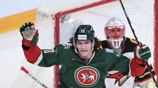 Хоккеист Ак Барса Дмитрий Воронков (на переднем плане)