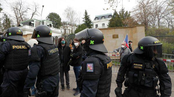 Сотрудники полиции и участники акции протеста у здания посольства России в Праге