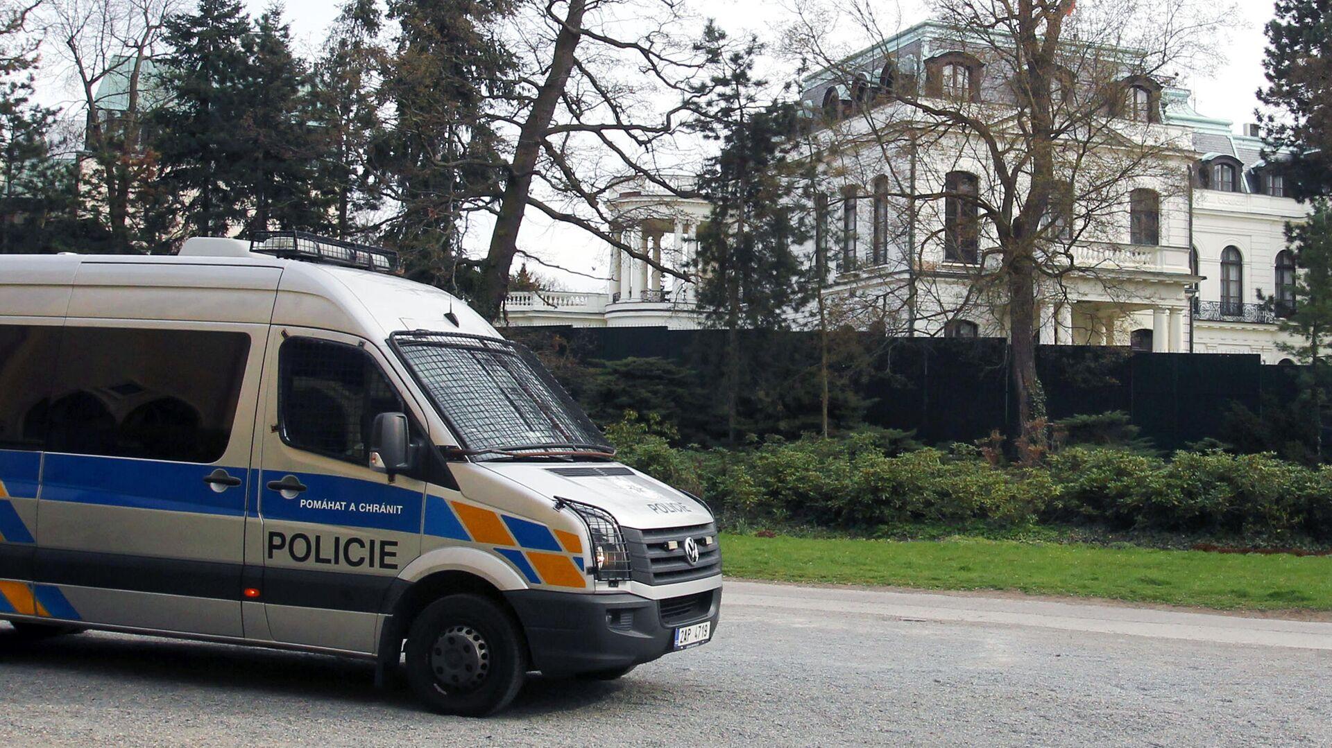 Полицейский автомобиль у здания посольства РФ в Праге - РИА Новости, 1920, 17.07.2021