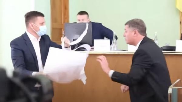 Потасовка на сессии Херсонского облсовета из-за российского флага