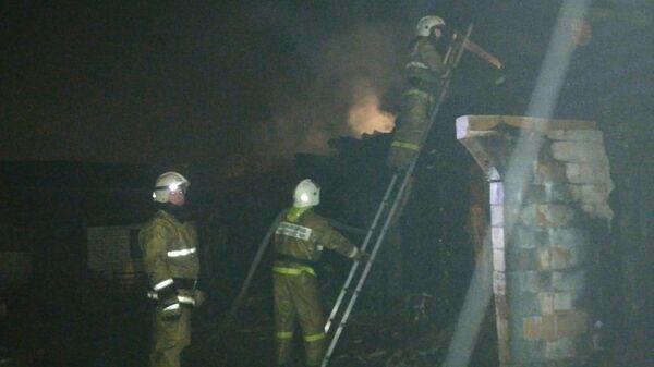 Сотрудники противопожарной службы на месте пожара в жилом доме в Ишимбае (Башкирия), где погибли четыре человека