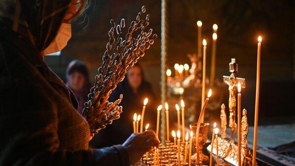 Прихожане во время службы в преддверии праздника Входа Господня в Иерусалим