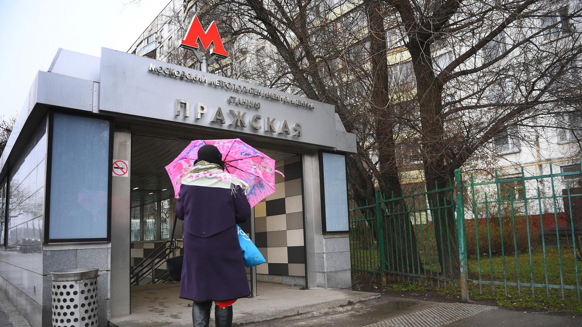 Логотип Московского метрополитена на входе в вестибюль станции Пражская - РИА Новости, 1920, 23.06.2021