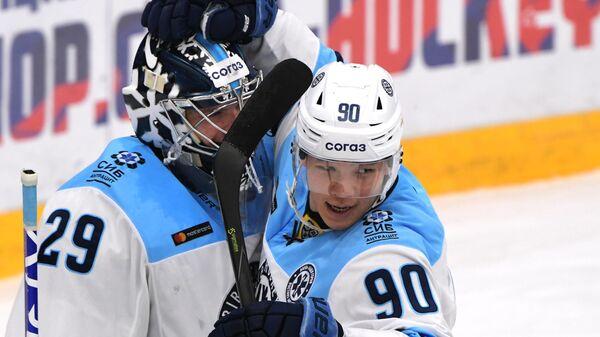 Вратарь ХК Сибирь Харри Сятери (слева) и игрок ХК Сибирь Олег Ли