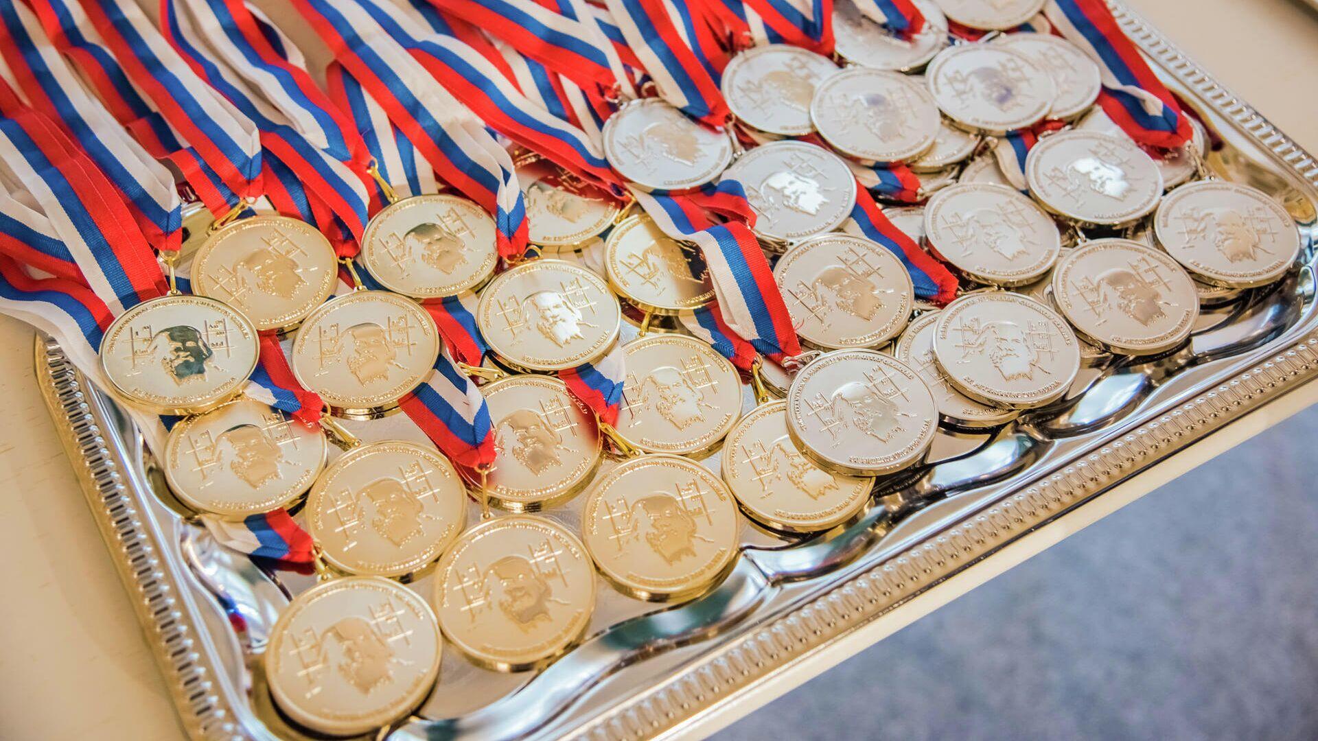 Медали для победителей Международной Менделеевской олимпиаде по химии - РИА Новости, 1920, 26.04.2021