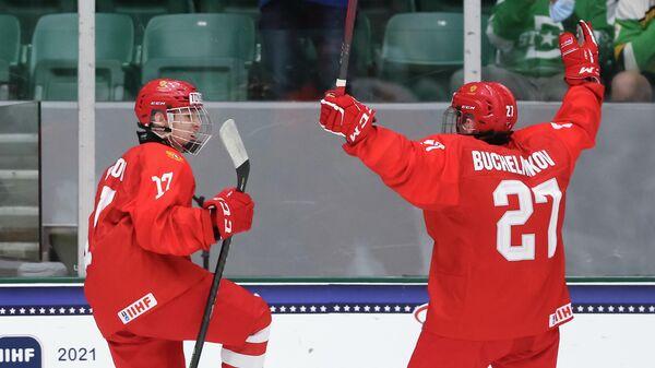 Хоккеисты юниорской сборной России Дмитрий Бучельников и Матвей Мичков