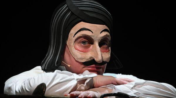 Актриса Мария Аронова (Она) в сцене из спектакля Мертвые души в Государственном академическом театре имени Евгения Вахтангова в Москве.