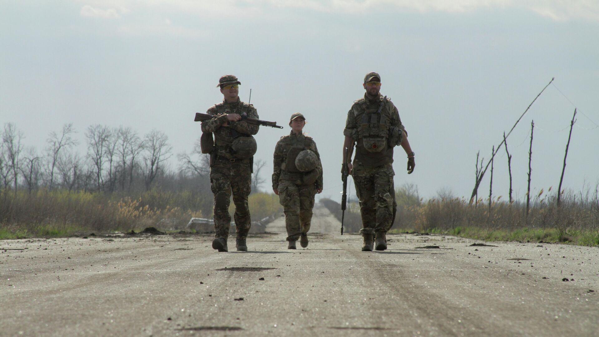 Украинские военные на дороге в районе линии соприкосновения в Донецкой области - РИА Новости, 1920, 11.06.2021