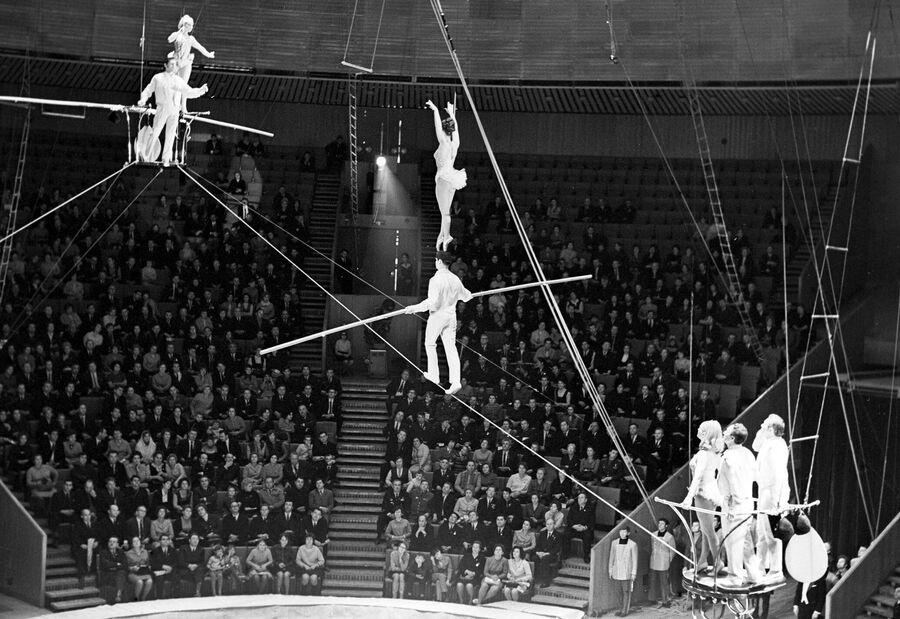 Большой Московский государственный цирк на проспекте Вернадского. Группа канатоходцев под управлением Владимира Волжанского. 1 октября 1972 года
