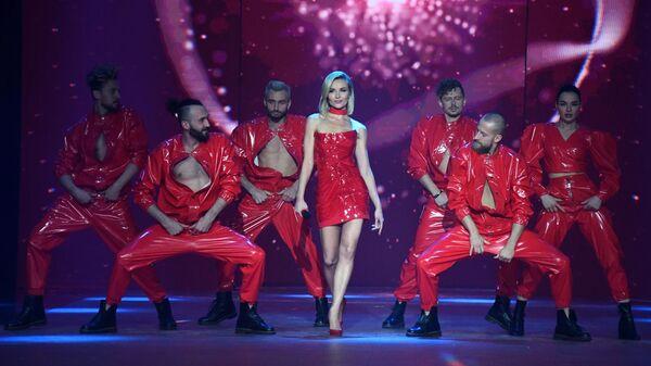 Певица Полина Гагарина выступает на III церемонии награждения музыкальной премии Жара Music Awards в Crocus City Hall