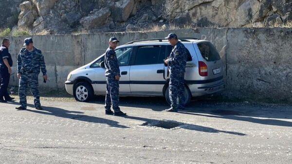 Кыргызские полицейские в районе границы с Таджикистаном