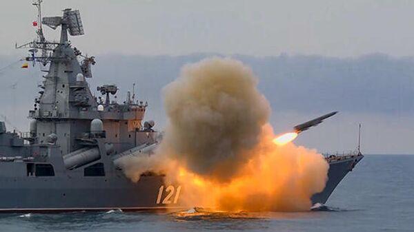 Крейсер Москва выполняет стрельбу крылатой противокорабельной ракетой Вулкан в Черном море
