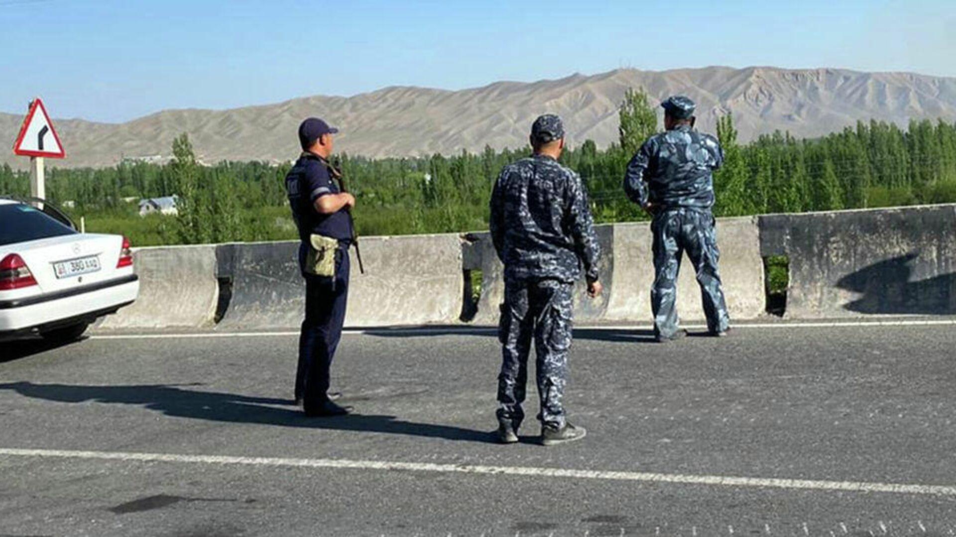 Сотрудники МВД Кыргызстана в приграничной зоне - РИА Новости, 1920, 03.05.2021