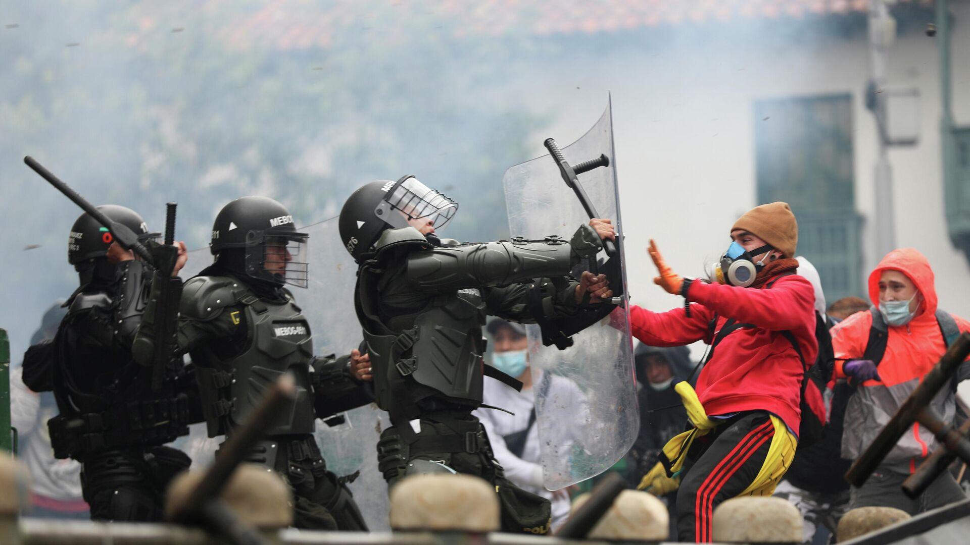 Столкновения демонстрантов с сотрудниками сил безопасности во время акции протеста против налоговой реформы правительства президента Ивана Дуке в Боготе, Колумбия. 28 апреля 2021 года - РИА Новости, 1920, 29.05.2021
