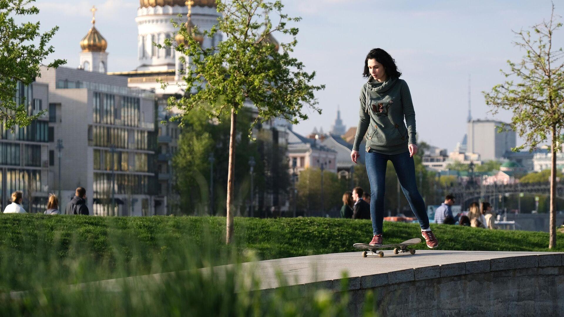 Девушка катается на скейтборде в парке искусств Музеон в Москве - РИА Новости, 1920, 08.05.2021