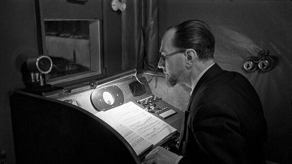 Говорит Москва. Идет запись радиопередачи в студии Радиостанции имени Коминтерна. Работа диктора. 1938 год