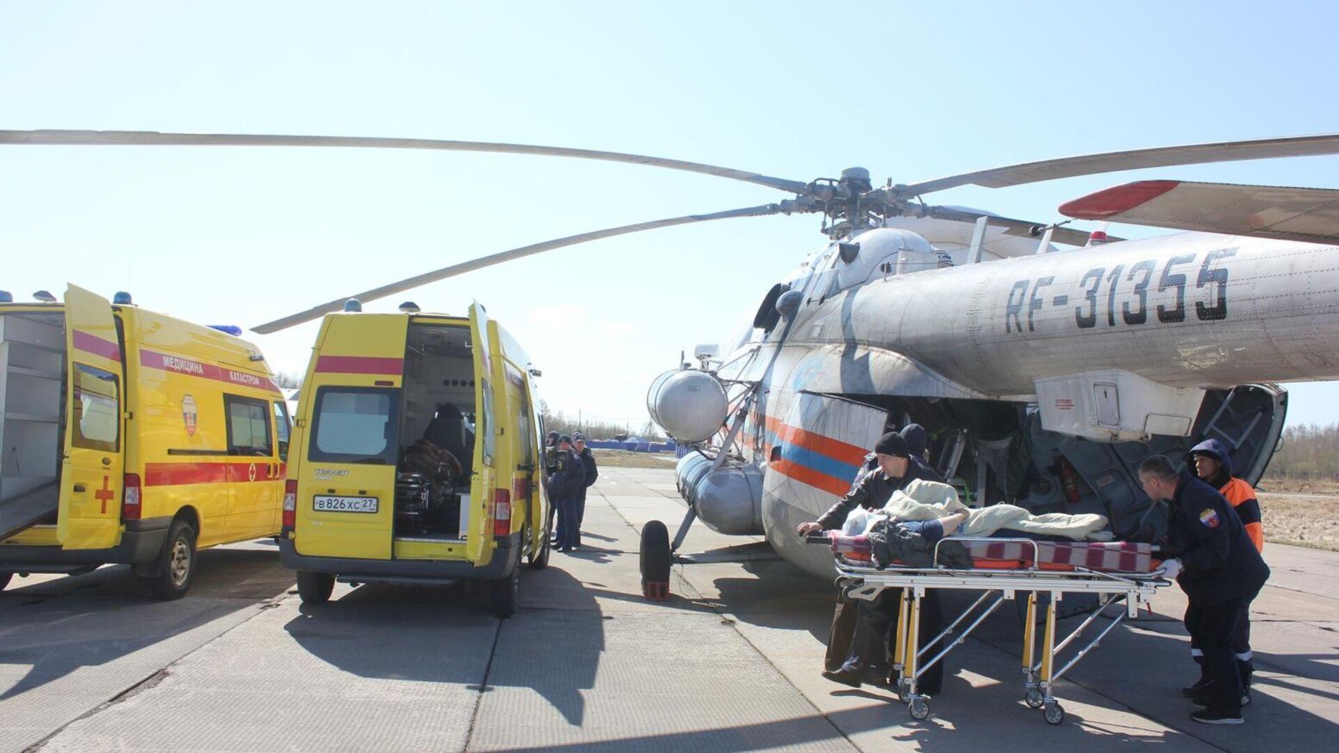 Вертолет МЧС России с пострадавшими в ДТП с пассажирским автобусом в Хабаровском крае - РИА Новости, 1920, 06.05.2021
