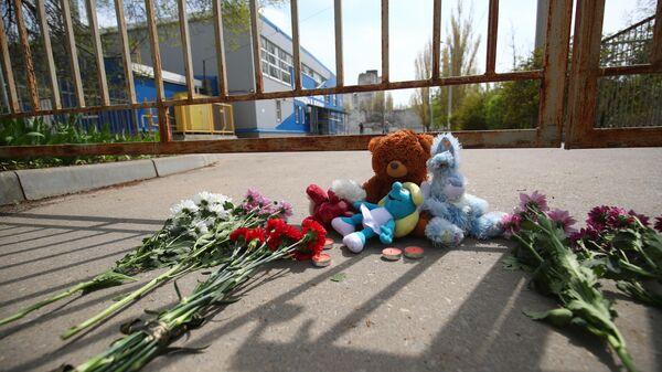 Люди несут цветы и мягкие игрушки к спортивной школе в Волгограде, где занимались погибшие и пострадавшие дети