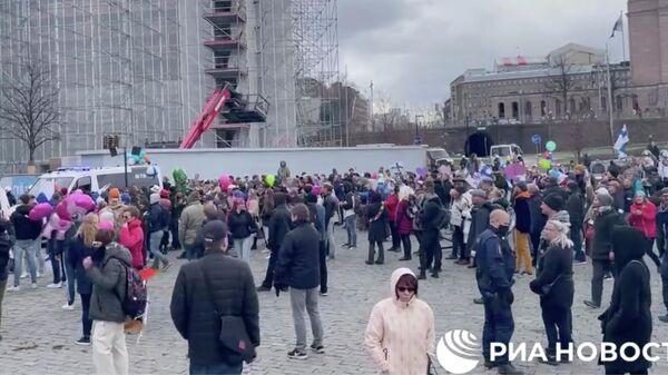 Протест из-за COVID-ограничений в Хельсинки, Финляндия. Кадр видео