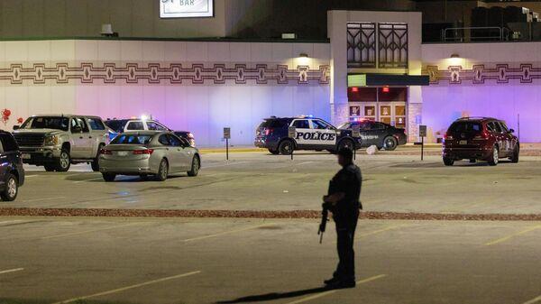 Сотрудник полиции на месте стрельбы в казино Oneida в штате Висконсин, США