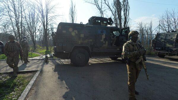 Украинские военные в районе линии соприкосновения в Донецкой области