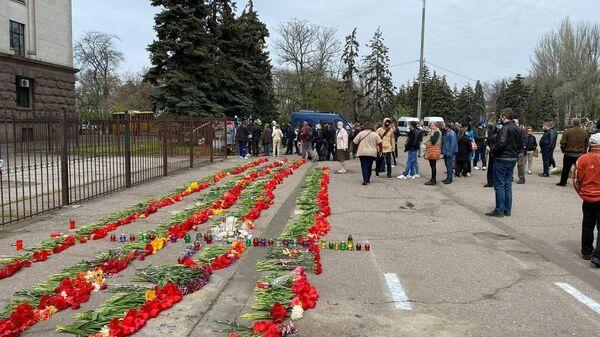 Одесситы несут цветы, венки и лампадки к Дому профсоюзов, где семь лет назад в результате столкновений с радикалами погибли 48 человек