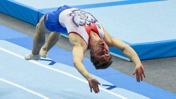 Вадим Афанасьев (Россия) выступает в финале командных соревнований на акробатической дорожке среди мужчин на Чемпионате Европы по прыжкам на батуте 2021 в Сочи.