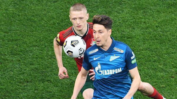 Игрок ФК Зенит Далер Кузяев (на первом плане)