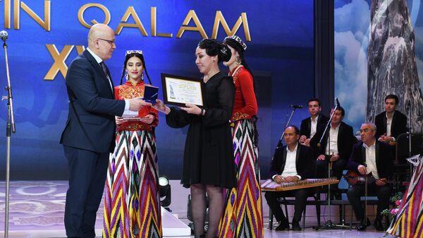 Корреспондент Sputnik Узбекистан Дильшода Рахматова на церемонии вручения национальной премии в области журналистики Золотое перо
