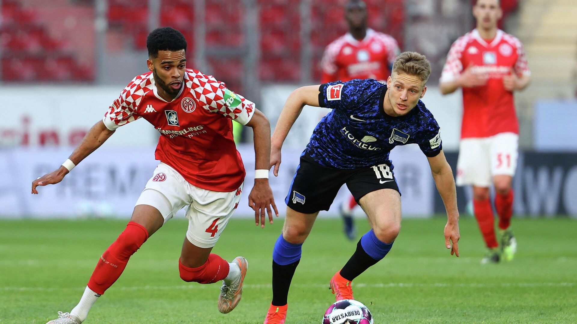 Mainz' Dutch defender Jeremiah St Juste (L) and Hertha Berlin's Argentinian midfielder Santiago Ascacibar vie for the ball during the German first division Bundesliga football match between Mainz 05 vs Hertha Berlin in Mainz, western Germany, on Mai 3, 2021. (Photo by KAI PFAFFENBACH / POOL / AFP) / DFL REGULATIONS PROHIBIT ANY USE OF PHOTOGRAPHS AS IMAGE SEQUENCES AND/OR QUASI-VIDEO - РИА Новости, 1920, 03.05.2021