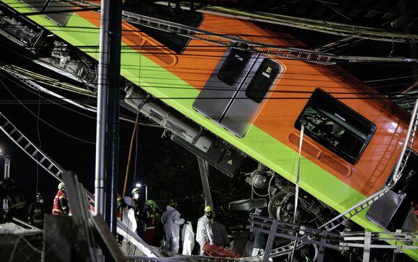 Спасатели на месте крушения метромоста в Мехико