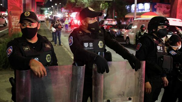 Полиция на месте крушения метромоста в Мехико