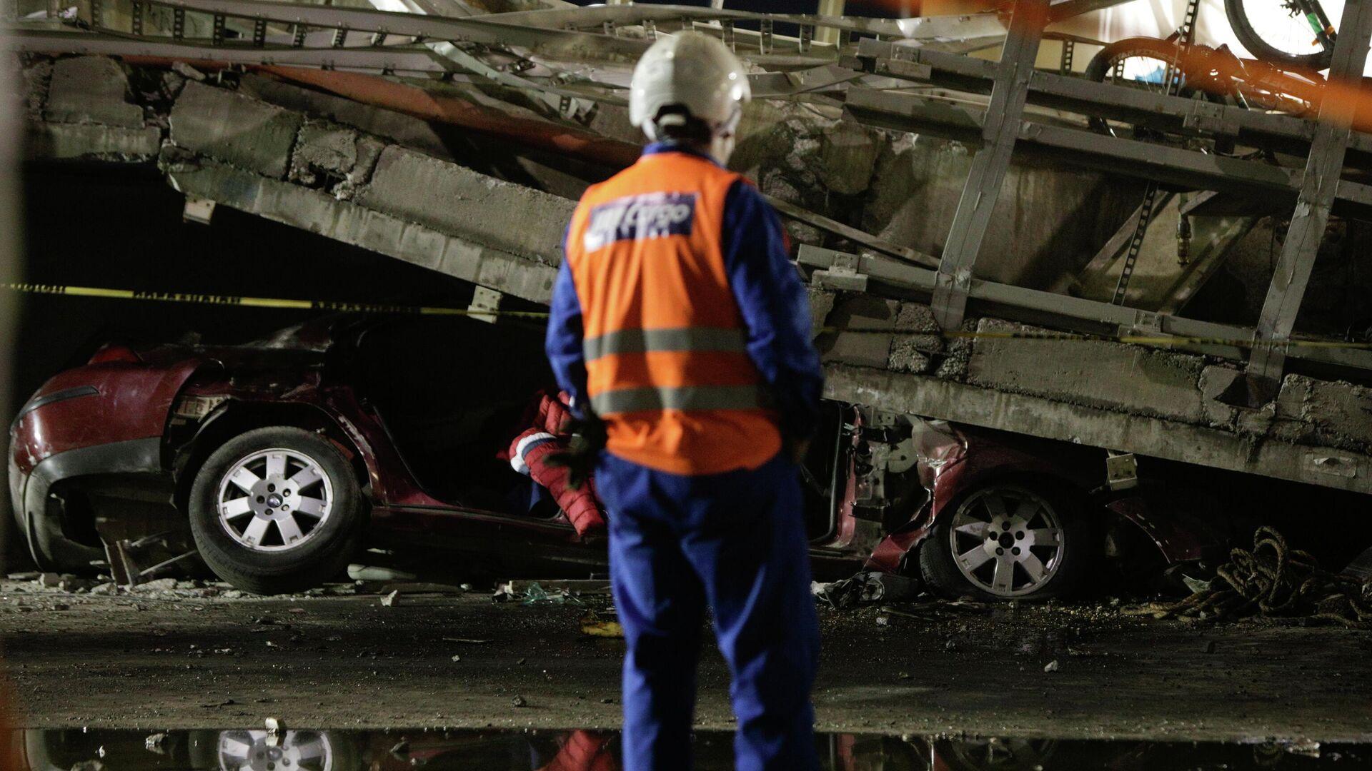 Автомобиль, пострадавший во время крушения метромоста в Мехико - РИА Новости, 1920, 04.05.2021